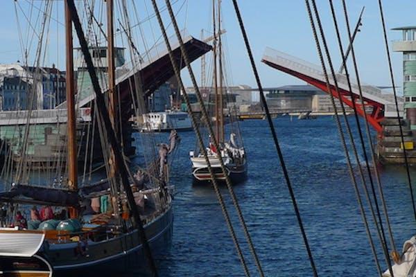 Tag på Havnerundfart og oplev broerne i København åbne sig