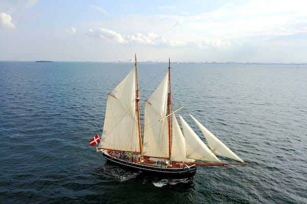 Sejltur om bord på et historisk sejlskib - vær med til at sætte sejl
